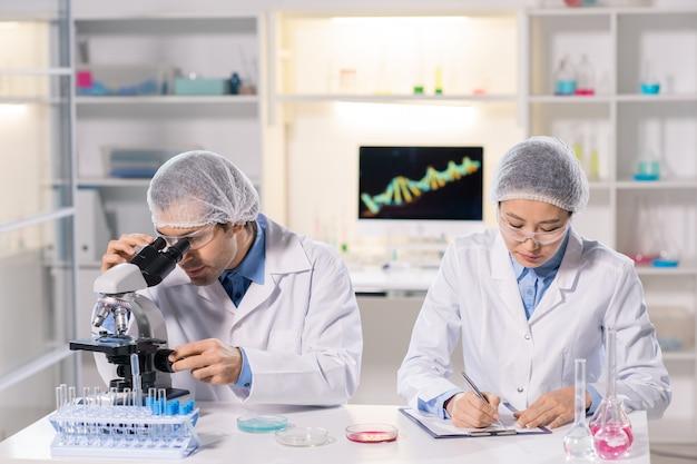 Laboratoriumonderzoekers die met monsters werken