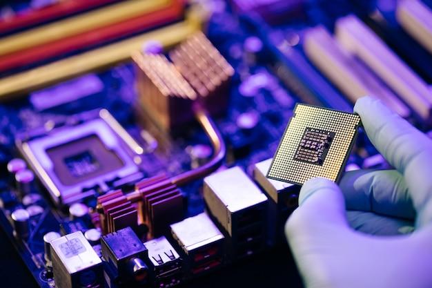 Laboratoriumtechnicus heeft een krachtige processor in zijn handen.
