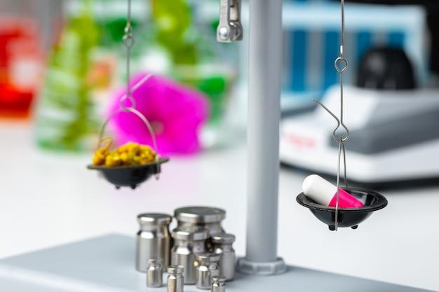Laboratoriumweegschaal met droge planten. wetenschappelijk onderzoek van plantenconcept