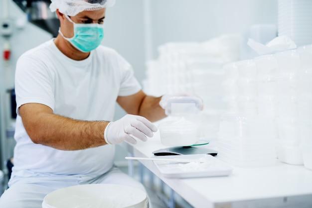 Laboratoriumwetenschapper die bij laboratorium met masker werkt.