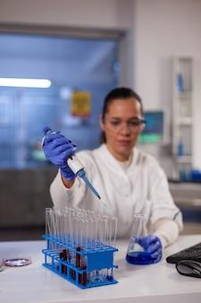 Laboratoriumwetenschapper-onderzoeker met veiligheidsbril
