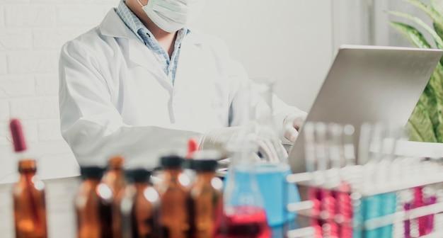 Laboratoriumwetenschappers in een overall die onderzoek doen