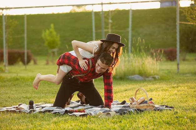 Lachen, plezier maken. kaukasisch jong koppel genieten van weekend samen in het park op zomerdag