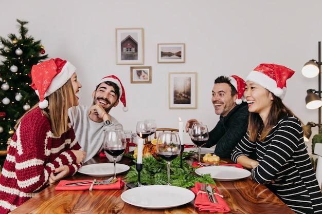 Lachen vrienden bij kerstdiner