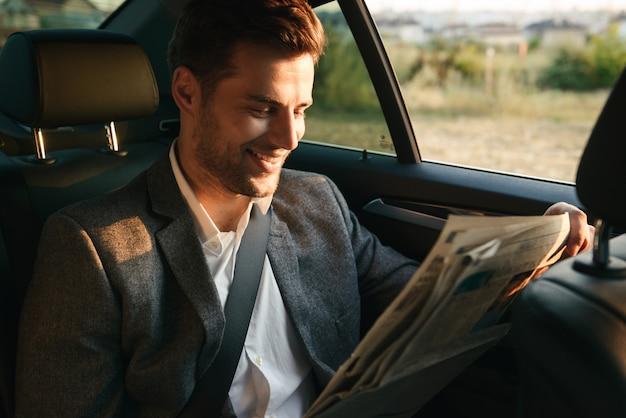 Lachen zakenman krant lezen