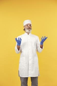 Lachend arts in glazen. geïsoleerd. man in blauwe handschoenen.