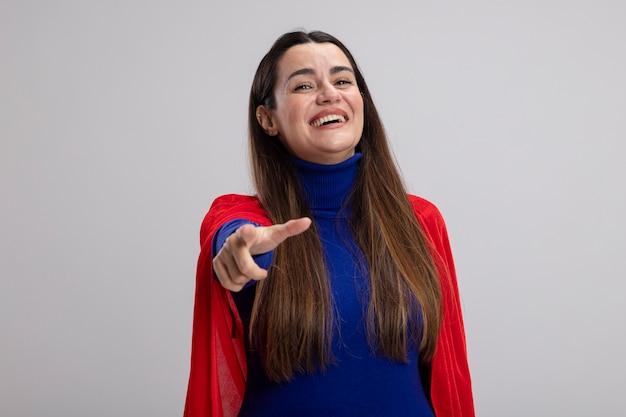 Lachend jong superheldenmeisje die u gebaar tonen dat op wit wordt geïsoleerd