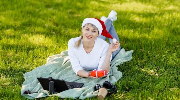 Lachend meisje dat online met een creditcard winkelt. kerstgeschenken kopen