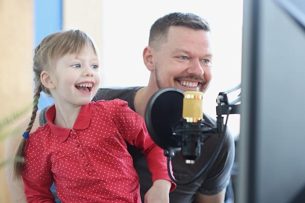 Lachend meisje en man zingen lied in microfoonclose-up