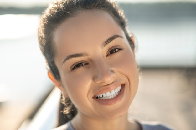 Lachend meisje. portretfoto van een mooi lachend meisje