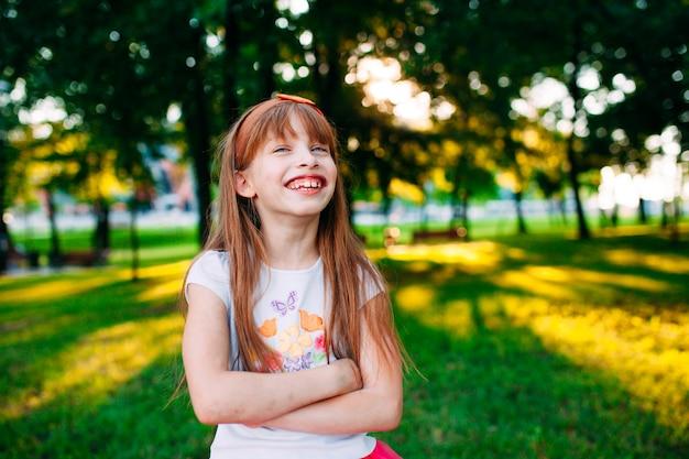 Lachend meisje, vrolijk portret.