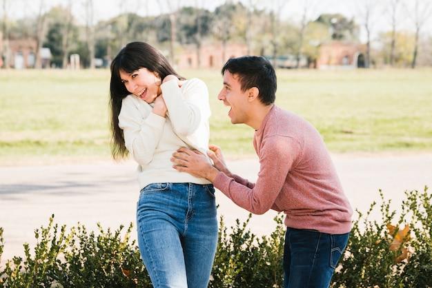 Lachend paar dat pret in park heeft
