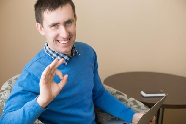 Lachend zakenman met een positief gebaar