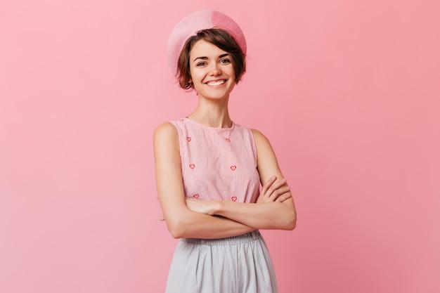 Lachende aantrekkelijke vrouw poseren met gekruiste armen
