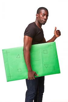 Lachende afrikaanse man als zwarte zakenman met groen paneel