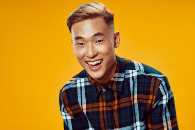 Lachende aziatische man