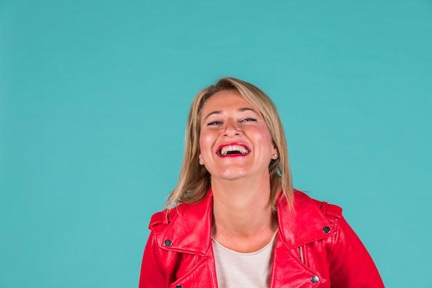 Lachende bejaarde vrouw in rode slijtage