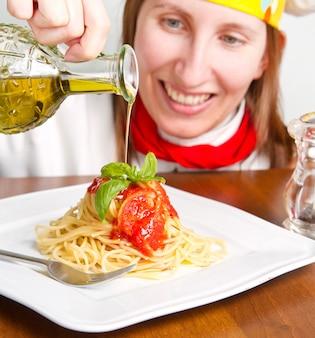 Lachende chef-kok garnituur een italiaanse pastagerecht