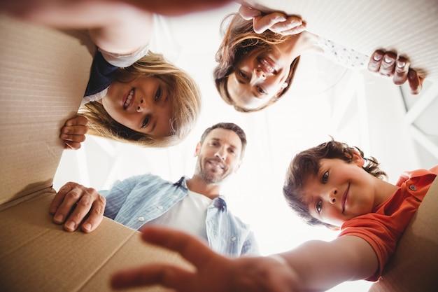 Lachende familie met kartonnen dozen