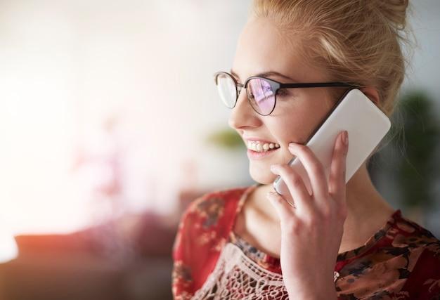 Lachende freelancer praten via de mobiele telefoon