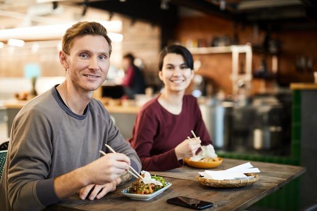Lachende gasten in asian food restaurant