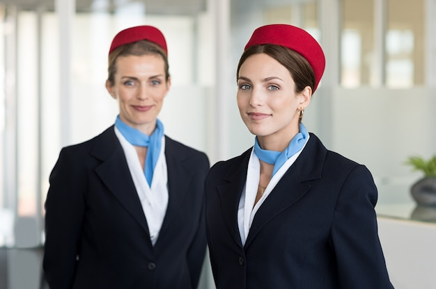 Lachende gastvrouw op de luchthaven