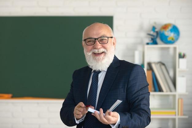 Lachende gelukkige volwassen elegante professor met bril onderwijs en kennis concept docenten dag