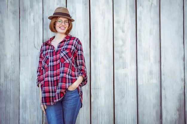 Lachende hipster vrouw met haar hand in haar zak,