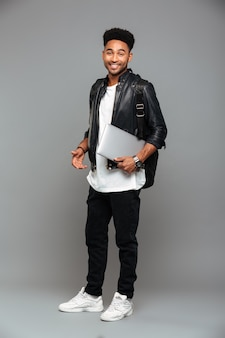 Lachende jonge afrikaanse man