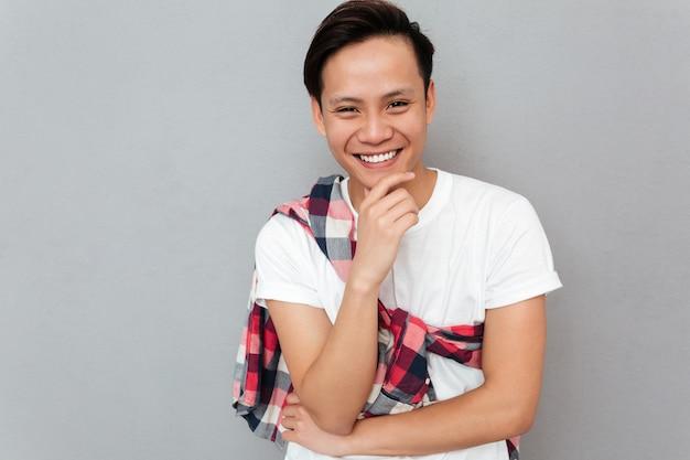 Lachende jonge aziatische man