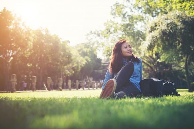 Lachende jonge ontspannen prachtige schoonheid