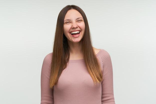 Lachende jonge vrouw met lang haar naar beneden, ziet er grappig uit