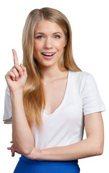 Lachende jonge vrouw wijzend