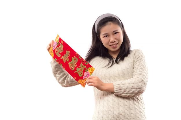 Lachende jonge vrouwelijke decoratie jaar