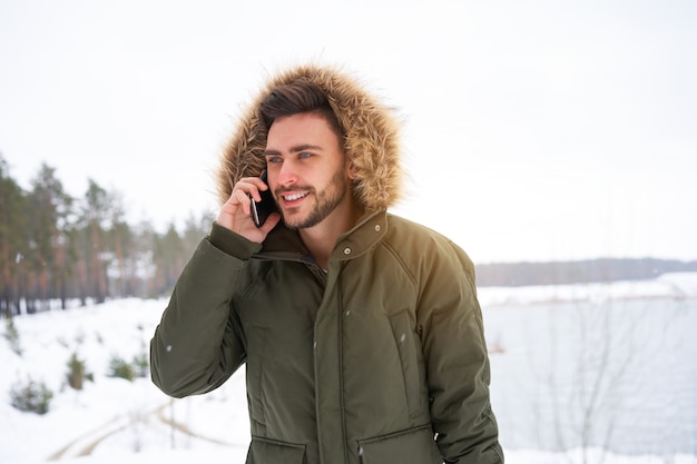 Lachende jongeman winter
