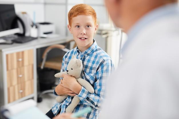 Lachende jongen bezoekende arts