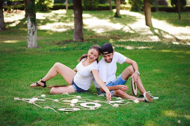 Lachende jongen en meisje die tic-tac-teen in het park spelen