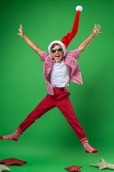 Lachende jongen in een kerstmuts