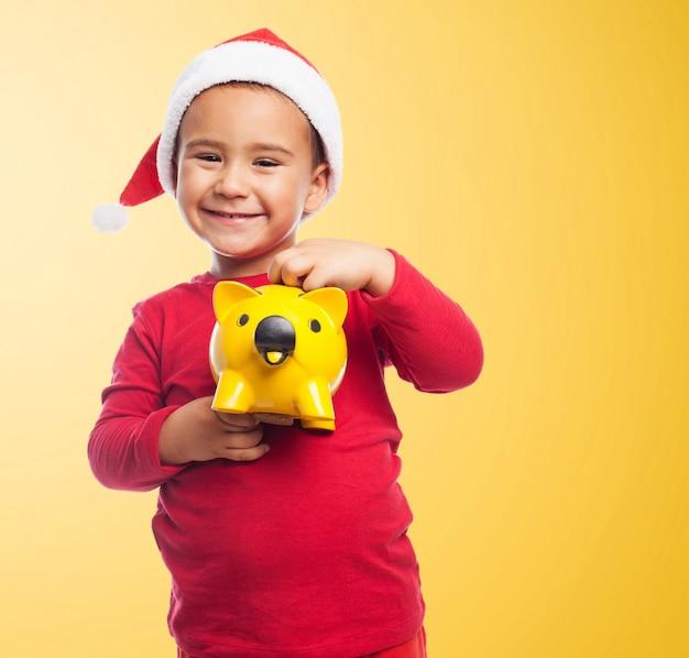 Lachende jongen met zijn spaarpot