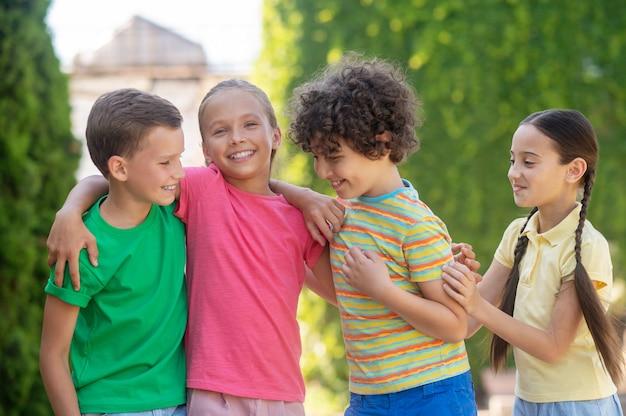 Lachende jongens en meisjes die het leuk vinden