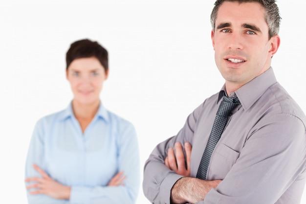 Lachende kantoorpersoneel poseren