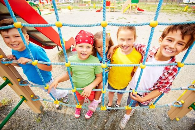 Lachende kinderen grijpen de netto