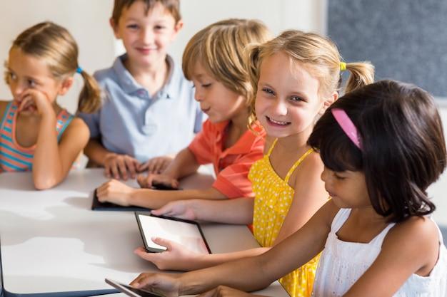 Lachende kinderen met behulp van digitale tablets