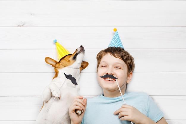 Lachende kleine vrienden vieren een gelukkige vaderdag. hoge bovenaanzicht.