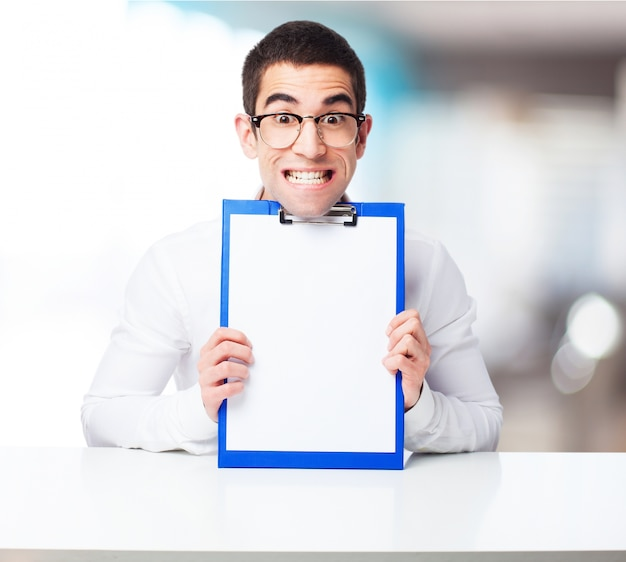 Lachende man met een cheque tafel