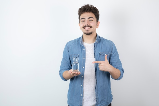Lachende man met glas water op wit.