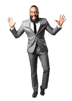Lachende man met pak met de handen omhoog