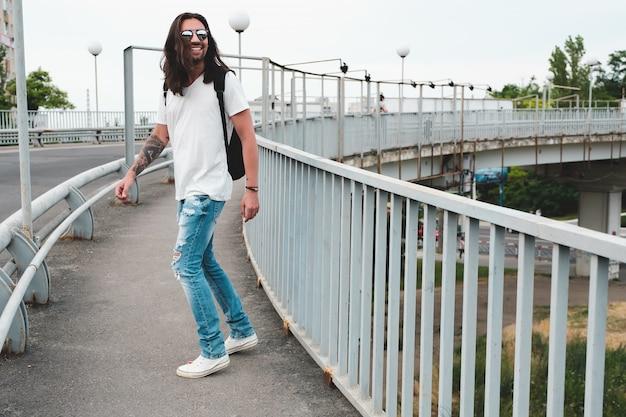 Lachende man rondhangen, wandelen in de stad