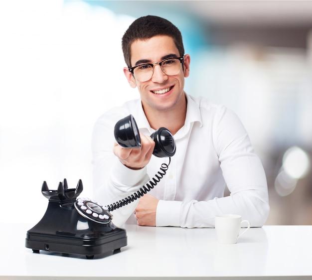 Lachende man te praten op een zwarte telefoon