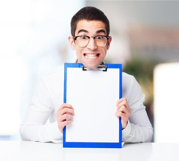 Lachende man toont een cheque tafel